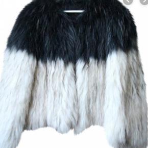 Super pæn vaskebjørnspels fra Saks Potts. Mindre slitage på indersiden i højre side (og kan kun ses på indersiden og ikke når jakken haves på). Ellers er den meget velholdt og smuk og  fyldig i pelsen.  Byd gerne :-)