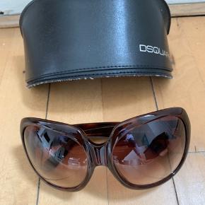 Italienske designer solbriller fra Dsquared2. Aldrig brugt.   Farve: Brun / Str 61 Nypris 2300,-  Sælges for 450,-  Køber betaler evt forsendelse