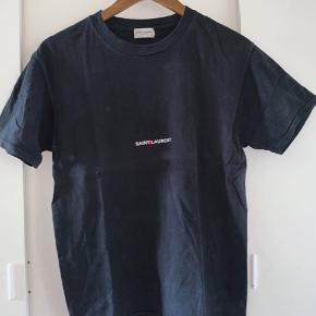 Saint Laurent t-shirt  Cond : 9/10 den er i rigtig god stand og brugt få gange.  Str : S  Np : 2000 Mp : 600 ish (BYD GERNE)   *Jeg tager ikke imod returnering*