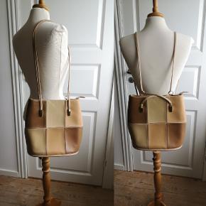 Lækker David Jones taske, ubrugt. Kan både fungere som skuldertaske og rygsæk.