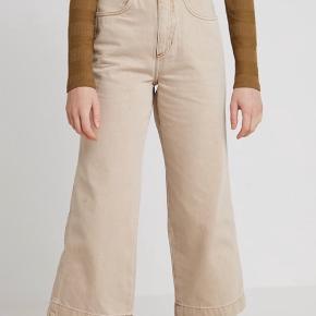 Ekstra flared /culotte bukser fra weekday  Er brugt meget få gange, men en sygningsfejl tæt på lynlåsen skyldes lav pris ift. brug