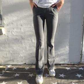 Design by si flare bukser i grå med tynde hvide striber. Str M, men fitter S