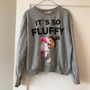 Rigtig pæn grå sweatshirt som kun er brugt få gange 🦄 med print fra Despicable Me / Grusomme Mig / Minions filmen 😍  virkelig sød bluse. Str. 42, svarer nok mere til str. 40.   Bemærk - afhentes ved Harald Jensens plads eller sendes med dao. Bytter ikke 🌸  💫 Sweatshirt jumper bluse sweater Disney tegnefilm minion minions enhjørning unicorn universal studios studio