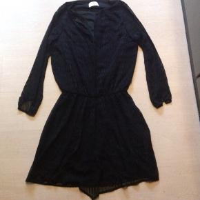 Super flot kjole Brystvidden er102 cm Hel længde 101 cm