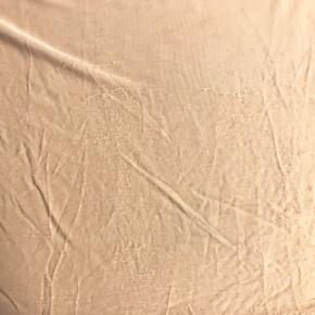 Modellen hedder 'Delfina'. Farven var lidt svær at vise så har sat nogle fotos fra nettet ind. Den er brugt meget lidt, men syningerne bagpå har kradset lidt i foret foran (kan dog ikke ses men synes det skulle nævnes). Yderste lag stof er polyester og foer i viscose med stræk. Lille lynlås på venstre skulder. Brystvidde: 54 cm. X 2. Længde: 64 cm.