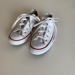 Et par utrolig fine unisex Converse. Str 35. De er gode men brugte, men i den rigtig fine ende af kategorien, da de ikke er brugt så meget, men sat her, da det er en hvid sko, hvilket brug hurtigt ses på...  ingen slid af sål, eller lign. Da de måske er brugt 10-12 gange.   Pris 140kr