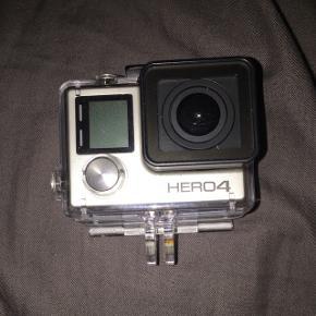 Gopro kamera, HERO 4. Med alt det tilbehøret man kunne ønske sig. Den har 3 skærme, en til hvis man er under vand så skal man bruge den en og de to andre til noget andet.