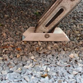 Har du også problemer med dine plastik fødder på campingvognen ikke kan holde. Så er her løsningen. Disse  Aluminiums fødder er 23 cm lange 10,5 cm brede og er lavet i aluminiumsplade som er 4 mm tyk. De holder din campingvogn ud. 1 sæt a 4 stk incl. bolte skiver og møtrikker