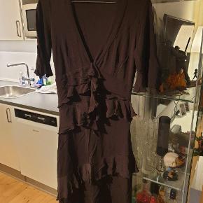 Smuk smuk kjole fra Karen Millen i brun med flæser.  Man får en dejlig figur i den.  Størrelse S.  #30dayssellout