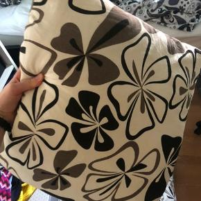 3 puder + 1 tæppe i samme mønster. Sælges samlet.