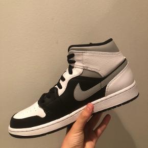 "Nike Air jordan 1 mid ""shadow"" Str 43 DS OG boks Pris 1350 Vanvittig clean sko!🤩 Sindsyg sko til de koldere tider der kommer.🥶🙌"