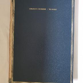 """To Byer af Charles Dickens, bind 2 i serien store fortællere (bind 1 kan købes i anden annonce) fra 1859. Romanen """"To Byer"""" blev skrevet i 1859, hvis handling foregår i Paris og London i tiden før og under den franske revolution. Verden over har romanen solgt sig i over 200 millioner eksemplarer og er derved den bedst solgte roman nogensinde.  Bogens tilstand er gammel og slidt, dog er siderne hverken krøllet eller lignende og har et simpelt, vintage udseende. Andet bind indeholder to bøger: Første bog (anden i fortællingen): Den gyldne tråd (fortsætter fra hvor den blev opdelt i første bind) (side 9-84). Anden bog (tredje bog i fortællingen): Uvejrets spor (side 85-249)"""
