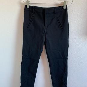 #secondchancesummer Only bukser, sorte med smalle ben. Lukkes med lynlås, knap og hægte (skjult bag linning). 2 skrå lommer foran, og syning detalje på begge ben. 5 bælte stropper og 2 lommer bagpå, som kan sprættes op.  Længde: 96cm  Brugt 1 gang, så vasket og hængt i skab.