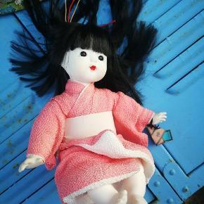 En smuk japanerinde.. Hun er købt i Japan for over 20 år siden, og har siddet i et skab.. Så er i god stand. Måler ca 28 cm, når hiver hende i ben.