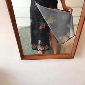 Slå om nederdel i så pænt blomster print, der står det er en38, men jeg vil sige fra xs til m kan passe den.