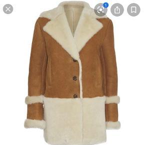 Jeg overvejer at sælge min jakke fra Julie Fagerholt. Det er en størrelse 36/38. Den har kostet 15.000 fra ny - den fejler ingenting og er stort set ubrugt. Jeg sælger kun hvis det rette bud kommer.
