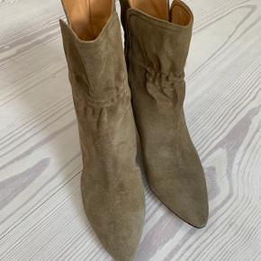 Supersmukke ruskindsstøvler i farven taupe fra Isabel Marant. Aldrig brugt, da jeg fik købt dem lidt for små (obs; de er små i størrelsen). Original æske og dust bag medfølger.