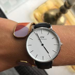Sælger mit elskede Daniel Wellington ur da det fortjener en ny ejer der får det brugt. Standen er pæn med et par enkelte ridser i glasset, der kan ses helt tæt på. Jeg er meget åben for bud.