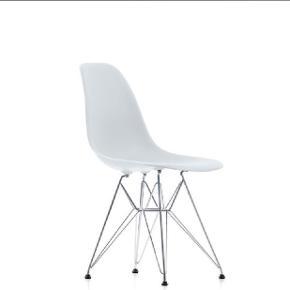 4 x hvide Eames stole sælges. Nypris pr. stk. 2260,- sælges for 1700,- stykket. Sælges samlet eller i sæt af to.