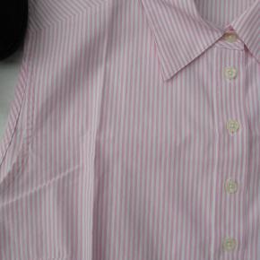 Flot stribet skjortetop.  Mærket er Brookshire  Størrelsen er en 44, men som det fremgår af målene, er den lidt lille i størrelsen.  Brystmål ca. 2x55 Længde fra skulderen og ned ca. 66  100% bomuld.  Jeg tager desværre ikke billeder med tøjet på