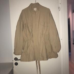 Fin beige/lysebrun oversize jakke fra h&m. Vil sige at den passer xs-l alt efter hvordan man ønsker fittet 🌸