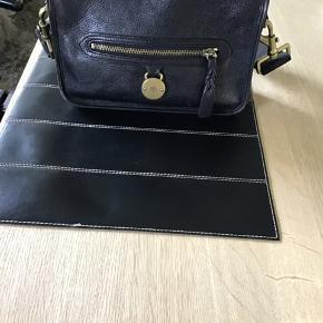 Sælger min skønne Mulberry taske som kun er brugt meget sparsomt.. super fed og i lækkert blødt sort skind.. Hvis der ønskes en længere rem til overcross kan det nemt sættet på da den er beregnet til det...  den er 100% ægte.. ALT andet tager jeg afstand fra..  bytter ikke!