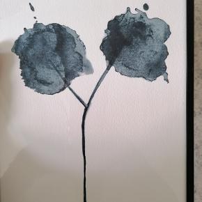 Original 'Flora Blue' akvarel/kunsttryk af  Trines Holbæk Designs.  Signeret.  Format: A4 Syrefrit, mat kvalitetspapir, der gør at farverne ikke falmer, hvis det udsættes for sollys. Inkl. ramme fra IKEA:  Kan afhentes i Esbjerg eller sendes. Angivet pris er excl. fragt.
