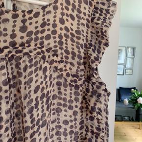 Fin bluse, man skal have en top under😊 Brystmål ca. 2x65