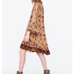 Smuk sommerkjole fra Zara i den skønneste boheme-stil 💗 nyprisen var 500kr og jeg har blot prøvet den på. Den er en str L, men fitter mere en M.