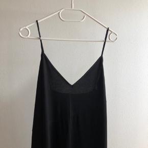 Så fin asymetrisk kjole med tynde strop. Super skøn med en t-shirt under også.