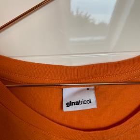 Orange t shirt med skrift fra gina tricot    Kan afhentes på min adresse, eller sendes på køberens regning💕