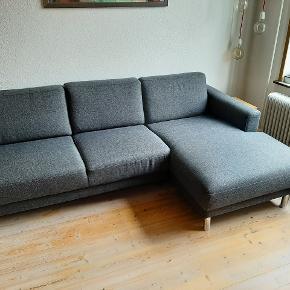 Skøn 3-personers Cleveland chaiselong-sofa med masser af plads. Sofaen er 3 år gammel, men blevet behandlet med textilimprenering hvert år. Sofaen er desuden relativ let og kan skilles i to dele, så den er nem at flytte.  Fra ikke-ryger hjem. Mål: H: 81 cm - B: 234 cm - D: 90cm  (143 cm ved chaiselong) Nypris: 4999