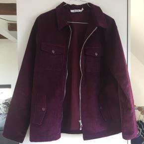 Mørke lilla fin jakke fra NA-KD Stoffet er fløjl  Sælges da jeg ikke bruger den