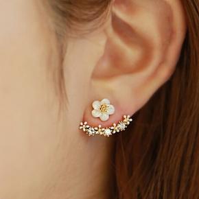 Øreringe, i guld farve samt med hvid blomst.  Aldrig brugt.  #30dayssellout