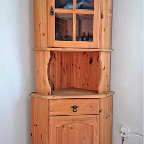 2-delt hjørneskab af fyrretræ, front med låge nederst, samt vitrinelåge med glas øverst. Mål: H. 191 cm. B. 75 cm. D. 55 cm. Hylde i både over- og underskab. Meget velholdt.  Kan leveres mod extra betaling