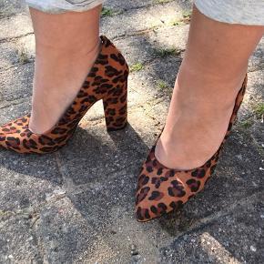 Lækre Leo heels. Jeg kan ikke gå i dem da de er lidt for store til mig, så der er ingen slid på dem. Ellers er de rare at have på.