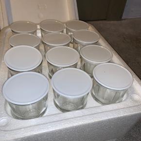 Sælger min yougurt-maker.  Det er sjovt og lækkert at lave sin egen yougurt.  Alle originale glas er der med låg i flamingokassen. Nogle af dem er revnede i låget, men de kan stadig bruges, evt med film.   Skal hentes i Kongens Lyngby🌸 Bytter ikke🌸