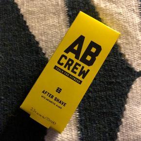 Helt ny og lige købt AB Crew ( Deciem, som også laver The Ordinary, Chemistry Brand, Fountain, Niod, Hylamide) After shave with Antarctic Algae. Sælges i DK til 200kr+, sælges til 100kr, da jeg har købt en for mange 😊 Tjek gerne mine andre annoncer for andre Deciem produkter. Afhenting i Kbh K, tæt på Nørreport  Beskrivelse:  Alle andre aftershaves er lige pludselig ikke så spændende! AB Crew's produkter er nemlig 100% optimeret til mænd og deres behov.   AB Crew Aftershave Denne aftershave har en super hurtig absorberende effekt, så den ikke ligger og forstyrre på huden. Samtidig er det en all-in-one aftershave, som kombinerer effekterne af en reparerende, beskyttende og plejende aftershave i ét produkt.  - Den reparerende effekt kommer fra de antarktiske alger, som produktet indeholder. - Den beskyttende effekt kommer fra produktets indhold af flydende blåsten.  - Den plejende effekt kommer fra produktet indhold af forskellige plejende vitaminer.  Duften Den eksklusive duft er kombineret af noterne; ørkensand og sorte bjergsten, som giver den rigtige følelse