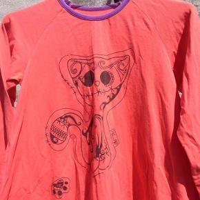 Coral jersey kjole med kat i str. 8 år Oprindelig købspris: 400 kr.  Super sød jersey kjole med kat og kattepoter. Har kun været på et par gange. Pris: 40 kr pp