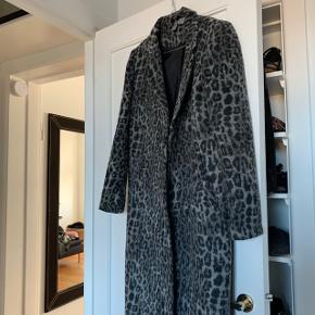 Super flot grå leopard jakke i str. 38.  Kan både passe en str. 36, 38, og 40.   Køber betaler porto. Kan også hentes på min adresse i KBH S. Tæt på Amagerbro metro st.  Se også min profil og alle mine mange andre flotte og billige varer jeg har til salg 🌸  Tryk køb nu eller bed mig oprette en handel, hvis du er interesseret ☺️  Tags: Mørkegrå - mørke grå - lyse grå - lysegrå - leopardprint - print - dyreprint - dyre print - lang - frakke - jakke - overtøj - vinterjakke - finterfrakke - mønster