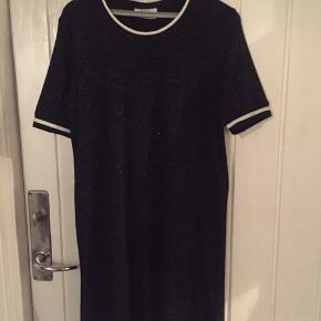 Flot sort kjole med glimmer i stoffet !