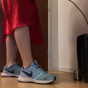 Sælger de her super fede blå Nike sko. De sælges da de dsv er blevet købt for små. De er en str 39 men ville mere mene de fitter en 37,5-38
