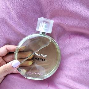 Chanel Eau Fraiche. Læg mærke til at det er den STØRSTE parfumeflaske på 150 ml. Nypris er 1299kr og billede nummer to viser hvor lidt der er brugt til af den, hvorfor den sælges til pågældende pris.  Er købt i Salling i Aarhus.