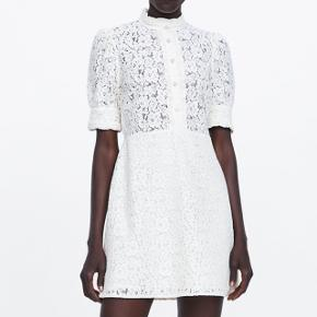 Smuk kjole i str small fra zara.  Brugt en gang!   Ny: 450kr   Bud er velkomne :)