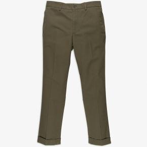 Oliven-grønne bukser fra italienske Aspesi. Str. er 52 / svarer til en 36 i livet. - 100 % bomuld.  Bukserne er aldrig brugt før og tags sidder stadig på.  Nypris er 1300 kr.  Fragt er inkluderet i prisen