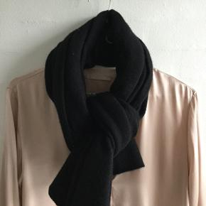 """Magliaro tørklæde/halstørklæde Farve: Sort Størrelse: 55 x 170 cm. Materiale: Cashmere Brugt så lidt, at det aldrig har været vasket. Som man kan se på nærbilledet er det påsyede navnemærke """"Magliaro"""" lidt flosset i kanten: Det er fordi, har jeg klippet """"indholdsfortegnelsen"""" af (der stod 100% Cashmere). Hvis man ikke kan leve med den detalje, så skal man selvfølgelig ikke købe halstørklædet. Jeg synes selv, min pris afspejler, at jeg har taget højde for dén detalje.  Selve halstørklædet er uden fejl og i flot stand."""