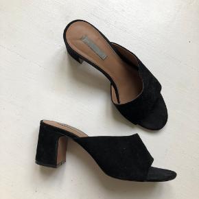 H&M Premium Trend heels / stiletter / sandaler. I sort ruskind. Brugt en enkelt aften og fremstår i rigtig fin stand.