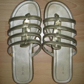 """Brand: Units Varetype: Gladiator sandaler str. 39 - Guldfarvede Farve: Guld Oprindelig købspris: 25 kr. Prisen angivet er inklusiv forsendelse.  Gladiator sandaler str. 39 - Guldfarvede. Lækker og blød kvalitet. Perfekt pasform. den meget gode ende af """"god men brugt"""". Har sat dem under God men brugt, da de er brugt lidt mere end 1-2 gange, som vist er kriteriet for """"Næsten som ny"""" herinde ...."""