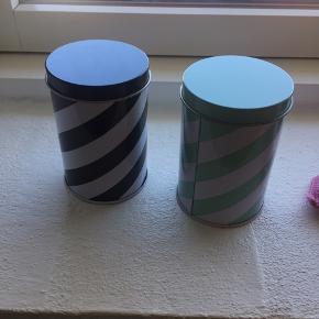 To stk dåser i stribet farver  Dåserne er mærket Ferm Living og aldrig brugt  Farve er sort og hvid stribet og den anden er pastel grøn og hvid stribet  MP 50kr for begge dåser