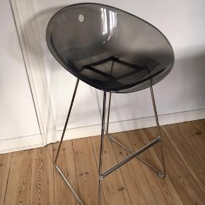 5 super flotte pedrali barstole med stel i crom og mørkegråt sæde i akryl. I fin stand med få overfladiske brugsskræmmer.  Sædehøjde ca 75 cm.  Sælges for 300 kr pr stk eller alle 5 for 1000kr.